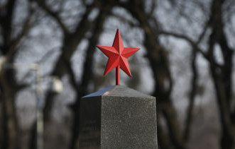 A Putyin-koszorúzás és a kommunizmus áldozatai: szégyen szilárd erkölcsi alapokon, gránitba vésve