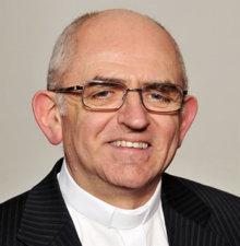 Héja vagy galamb? Távolabb tartja-e magát és a hitéletet a politikától az új megyéspüspök, Varga László elődjénél, Balás Bélánál?