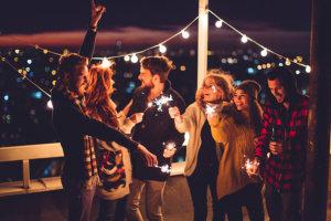 Színház a város szélén: haverok, buli, határidő-tologatás, no meg egy pofás kis tetőterasz
