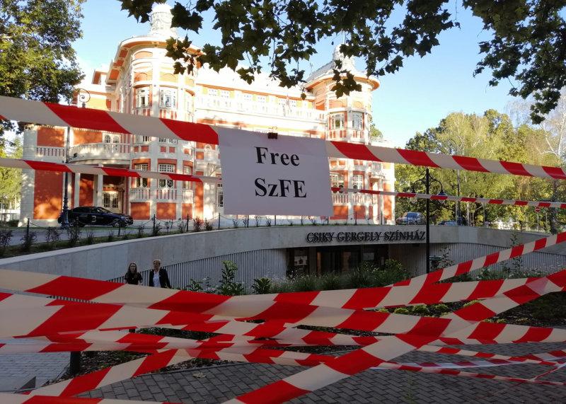 Rendkívüli: civil aktivisták a Csiky Gergely Színházat is feldíszítették a szolidaritás jelképével, a színház elhatárolódik