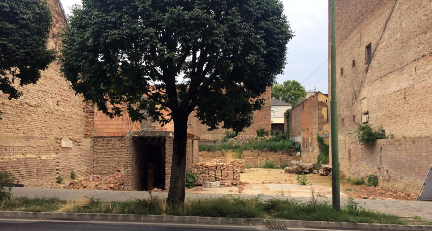 Belvárosi romhalmaz: a jegyző ígérete ellenére tovább pusztul a Dózsa György utcai félbehagyott társasház-torzó